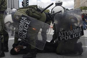 У Греції демонстранти закидали поліцейських «коктейлями Молотова»