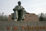 Вандали розмалювали пам'ятник Максиму Рильському в Києві