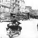 Німецький мотоцикліст на Хрещатику, кияни зацікавлено дивляться на нього, вересень 1941 року. Праворуч будівля ЦУМу, попереду Бессарабка
