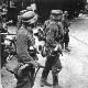 Розвідувальний підрозділ Вермахту, 19 вересня 1941 року. Ліворуч будівля старого Арсеналу, праворуч вежа Івана Кушкіна зі зробленою в нею амбразурою, вдалині Свято-троїцькі ворота лаври