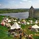 29 квітня - 2 травня. 'Середньовічний Хотин' (Хотин, Чернівецька область, Хотинська фортеця). Острівець, де середньовічний лад оживає в усіх його виявах: кінні дефіле, лицарські турніри, середньовічна музика, змагання лучників, фаєр-шоу та багато інших атракцій. Фестиваль нагадує, що казки і легенди це значно ближче, ніж можна уявити, адже насправді нічого не зникає безслідно.