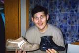 Фото дня. 4 травня. У США створять взуття для найвищого іммігранта з України, у Болівії відбулися масові зіткнення з поліцією
