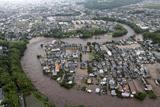 Фото дня. 13 липня. Повінь в Японії, турнір з болотного футбол у Китаї та інше