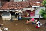 Фото дня. 16 січня. Потужна повінь в Індонезії, тиждень високої моди у Німеччині та інше