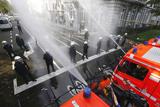 Акція протесту у Брюсселі. Пожежники залили поліцію водою та піною