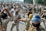 Фото дня. 22 жовтня. Зіткнення протестуючих з поліцією в Індії, розстріл в американській школі та інше