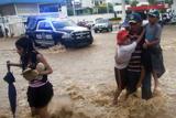 Тропічний шторм вирує біля берегів Мексики