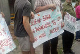 Битва за конвалії. Кияни голіруч знесли бетонний паркан на Львівській»
