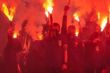 """Під Радою """"азовці"""" запалили фаєри, протестуючи проти виборів на Донбасі"""