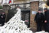 """Російське посольство у Лондоні засипали """"відірваними руками"""""""