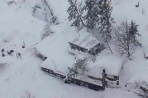 В італійській провінції Пескара снігова лавина накрила готель. Є загиблі