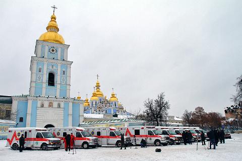 """Канада передала українським лікарням 10 автомобілів """"швидкої допомоги"""""""