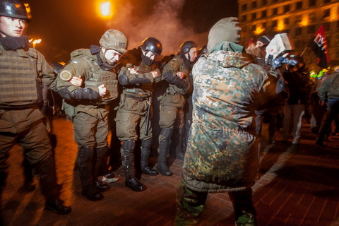 Прихильники блокади Донбасу побили вікна в російському банку у Києві