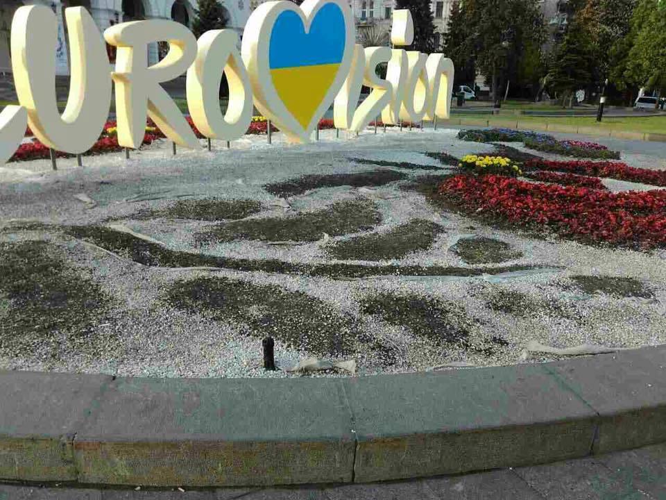 У центрі Києва невідомі витоптали та буквально знижили квіткову композицію  з логотипом Євробачення до пісенного конкурсу 4a4a561ac21db