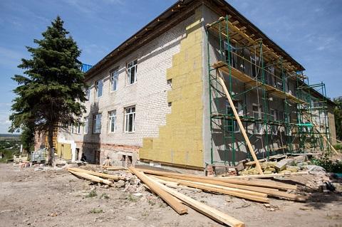 У передмісті Слов'янська відбудовують знищену обстрілами лікарню