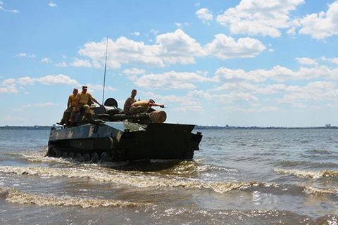 Миколаївські десантники перевірили техніку на готовність долати водні перешкоди
