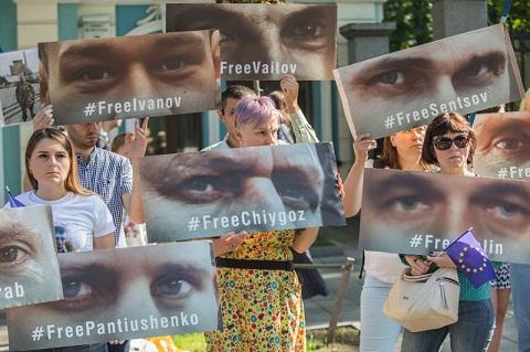 Родичі в'язнів Кремля звернулися до представників ЄС, які прибули до Києва