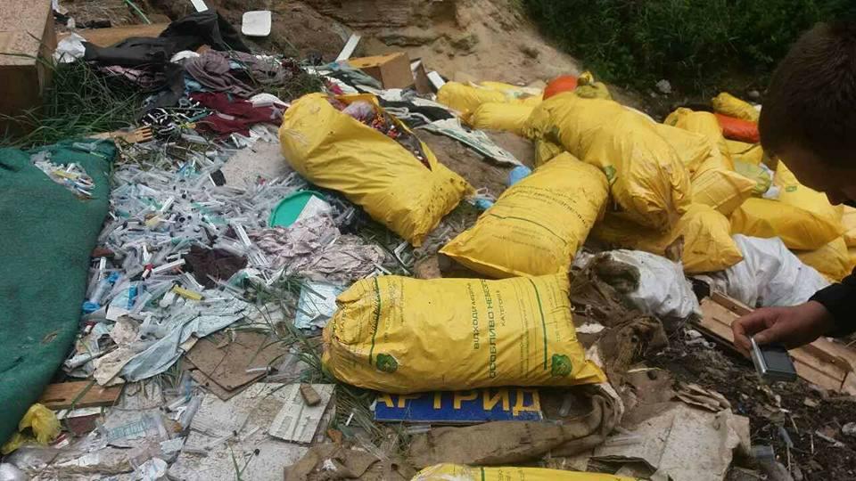 ipress.ua На Київщині знайшли незаконне звалище з небезпечними медичними  відходами 9beaa63cff325