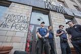 """Протестувальники потрощили вікна в магазині, який знищив """"Ікони революції"""""""