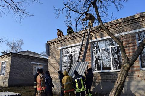 Оперативні групи ДСНС проводять ремонтно-відновлювальні роботи в селищі Новолуганське