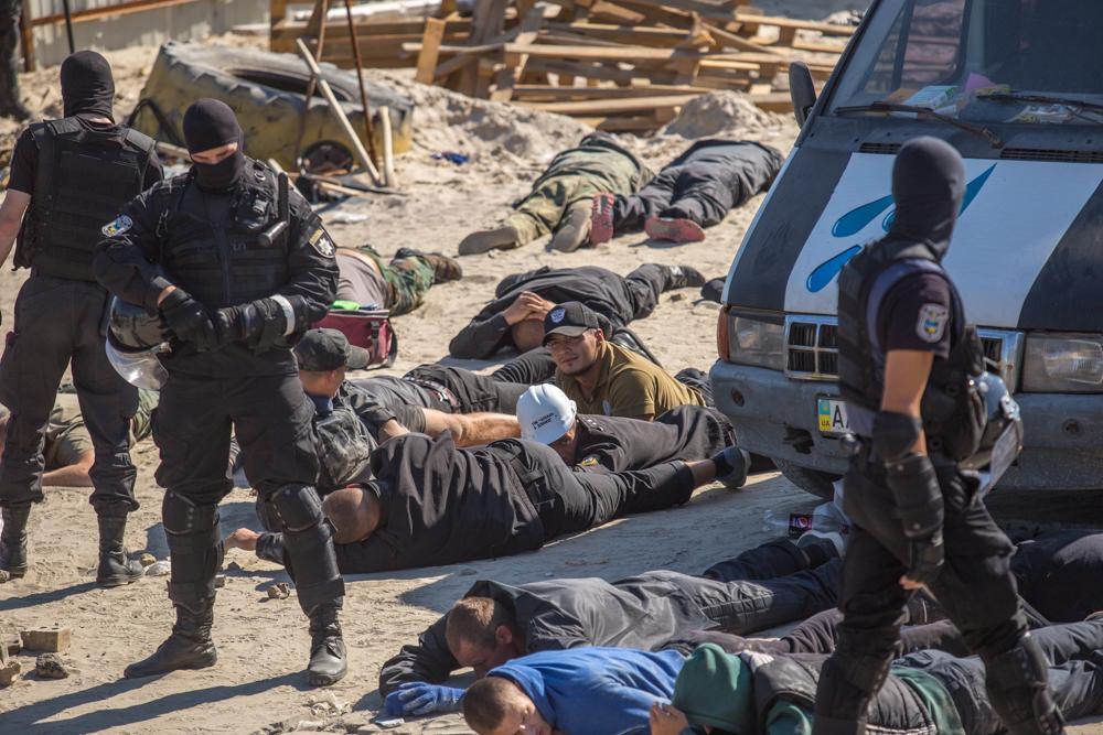 Поліція зачистила табір озброєних тітушок на незаконній забудові