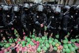 Розкрадання в оборонці. Силовиків на Банковій закидали іграшковими свинями