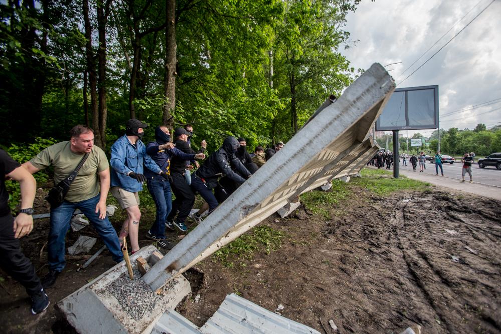 Активісти знищили паркан на забудові у Протасовому Яру