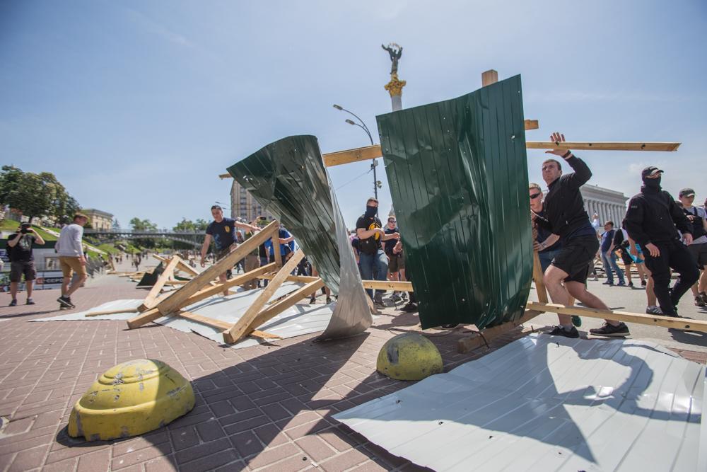 """""""Розслідуйте убивства Майдану!"""" Активісти повалили паркан на Інститутській"""