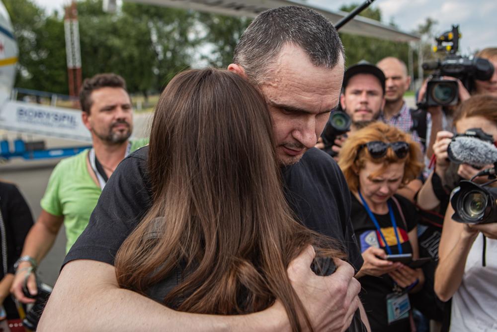 Сенцов на волі. В Україну повернулися 35 в'язнів Кремля