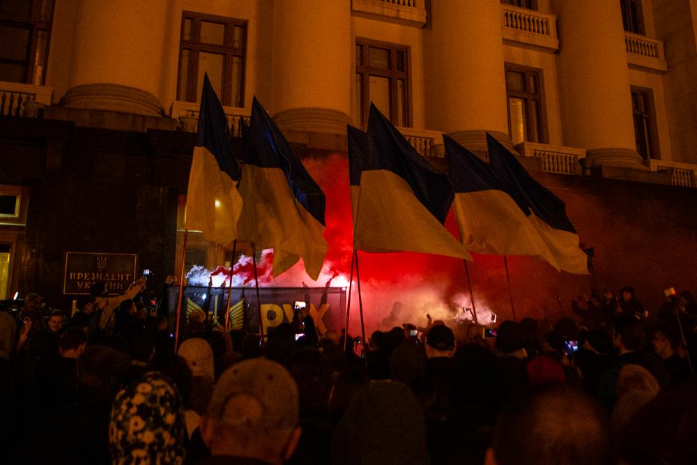 """""""Ні кроку назад"""". Протест на Банковій проти розведення сил на Донбасі"""