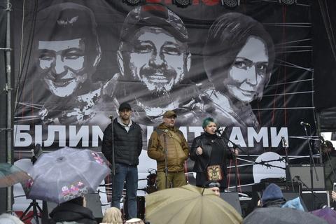 """""""Білими нитками"""". На Майдані організували музичний марафон концерт на підтримку підозрюваних у справі Шеремета"""