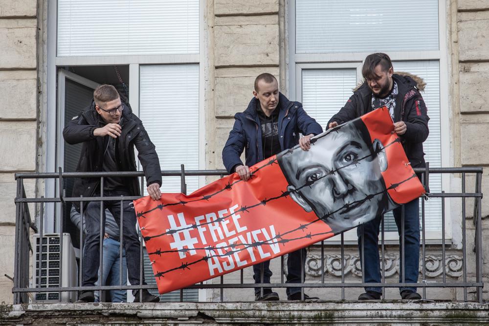 Станіслав Асєєв зняв банер «free Aseyev» з балкона редакції «Тижня»