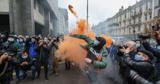 Димові шашки і презервативи. Як у Києві вимагали розпуску Конституційного суду