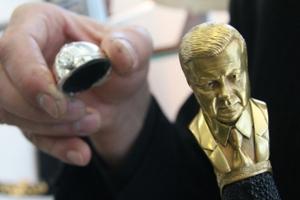 Янукович з діамантом став прикрасою для шаблі