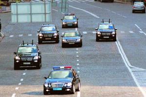 Юру Єнакієвського в автомобілі охороняють п'ять «Пелен»