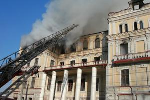 У Луганську сім годин гасять пожежу в поліклініці