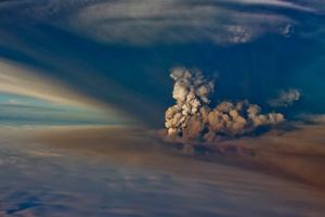 Через виверження вулкану в Ісландії в Європі закривають повітряний простір