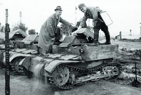 Фінський майор Поярві демонструє радянський двомісний танк представнику агенції АР Л.П. Лочеру. 21 серпня 1941 року