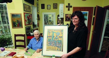 Таня (правлруч) показує картину Сисоєва, виставку якого чомусь заборонили в СРСР
