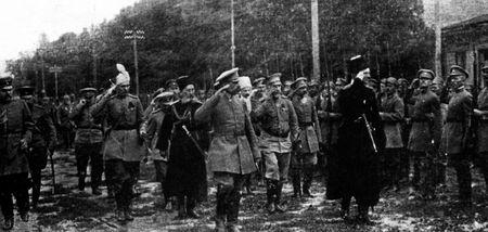 Гетьман Павло Скоропадський (праворуч, у чорному) обходить лави Сірожупанної дивізії